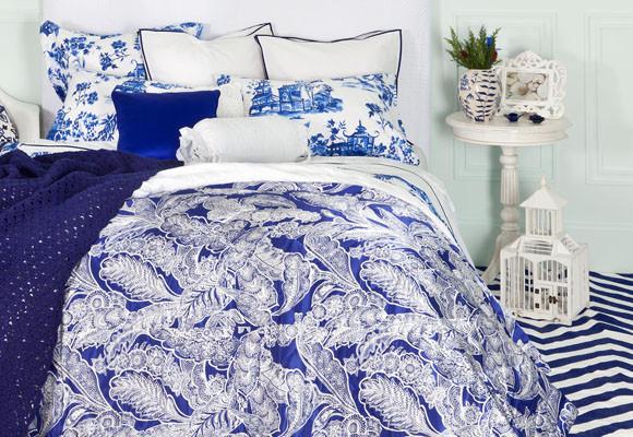 Un dormitorio blanco y azul
