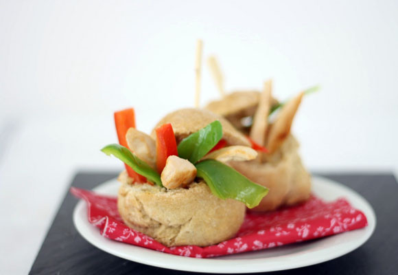 Panecillos picantes con ensalada de pollo y guacamole