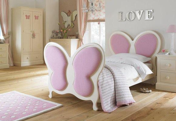 Amor y mariposas en el dormitorio